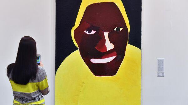 Посетительница у картины Наталии Турновой Слышащий в одном из залов Московского музея современного искусства, где выставлены лоты аукциона Vladey