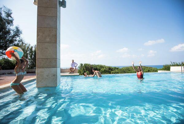 Отдыхающие в бассейне, Греция