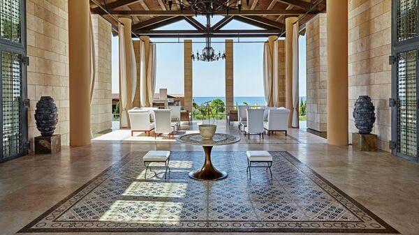 Лобби отеля The Romanos, Греция
