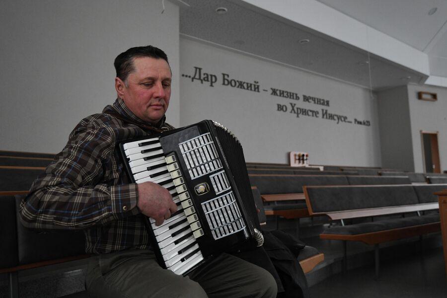 Андрей Паульс в Доме молитвы в деревне Аполлоновка