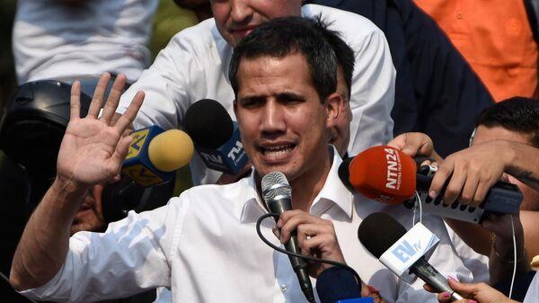 Лидер оппозиции Хуан Гуаидо, провозгласивший себя временным президентом Венесуэлы, во время встречи со своими сторонниками в Каракасе