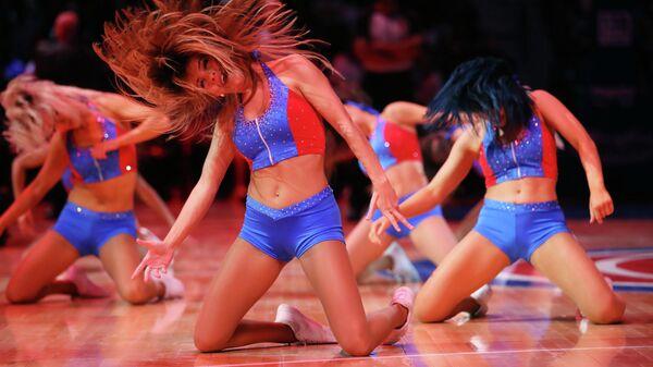 Девушки из группы поддержки БК Детройт Пистонс выступают во время матча против Мемфис Гриззлис в Детройте