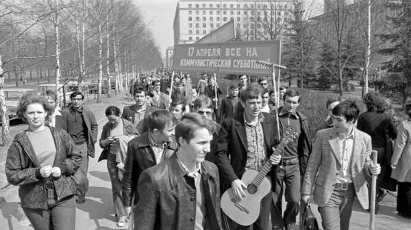 Участники Всесоюзного коммунистического субботника на улицах Москвы