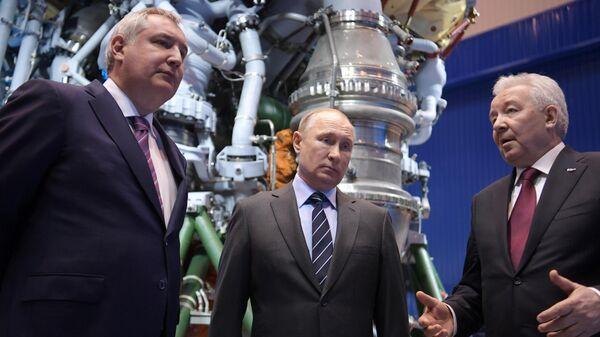 Президент РФ Владимир Путин во время посещения АО НПО Энергомаш имени академика В. П. Глушко. 12 апреля 2019