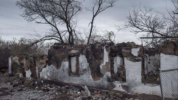 Разрушенный дом в результате обстрела в Донецкой области