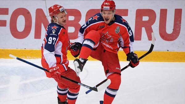 Игроки ПХК ЦСКА Кирилл Капризов и Андрей Светлаков (справа)