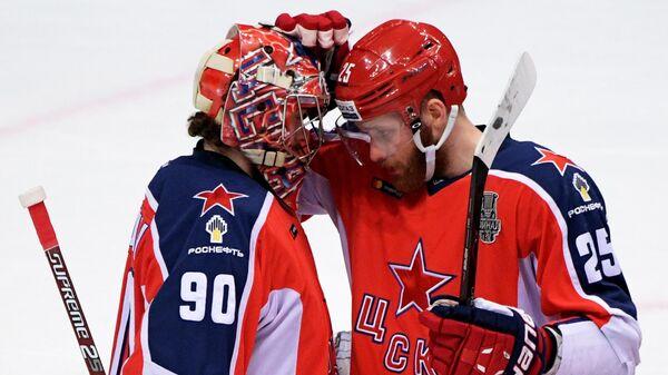 Вратарь ПХК ЦСКА Илья Сорокин (слева) и игрок ПХК ЦСКА Михаил Григоренко