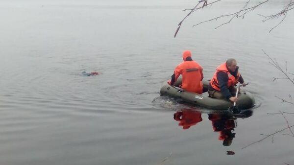 Спасатели на месте происшествия, где лодка с рыбаками перевернулась в Егорьевске Московской области. 14 апреля 2019