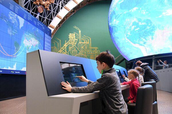 Посетители павильона Космос на ВДНХ во время мероприятий, посвященных Дню космонавтики