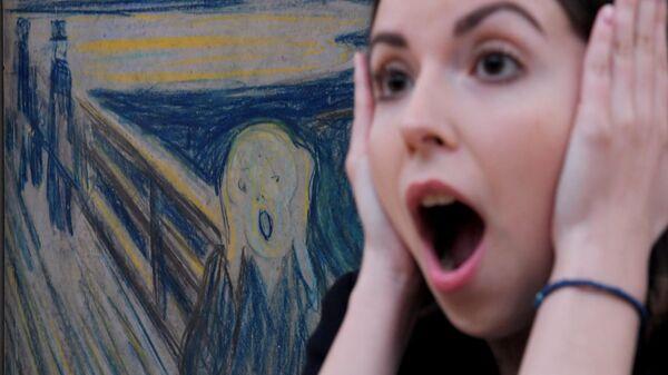 Посетительница у картины Эдварда Мунка Крик на пресс-показе выставки Эдвард Мунк в Инженерном корпусе Третьяковской галереи
