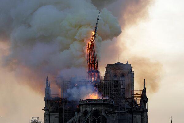 Пожар в соборе Нотр-Дам де Пари в Париже, Франция. 15 апреля 2019