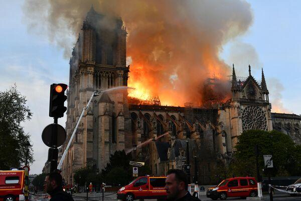 Пожарные тушат пожар в соборе Парижской Богоматери