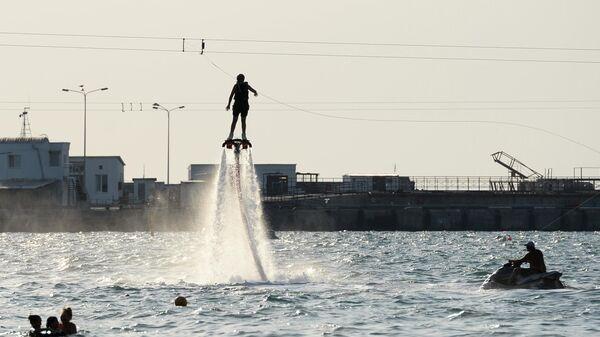 Отдыхающие катаются на водном реактивном ранце в Анапе
