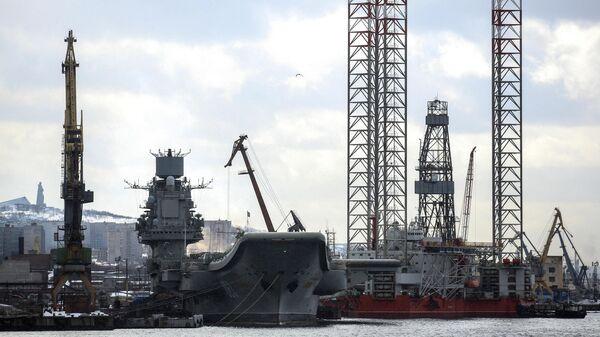 Тяжелый авианесущий крейсер Адмирал Флота Советского Союза Кузнецов на причале 35-го судоремонтного завода в Мурманской области