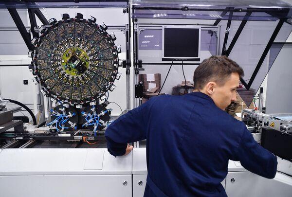 Сотрудник у станка для персонализации транспортных карт на заводе Микрон в Зеленограде