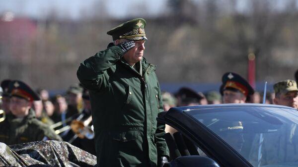 Главнокомандующий сухопутными войсками МО РФ генерал-полковник Олег Салюков на российском кабриолете Aurus во время репетиции парада Победы на военном полигоне Алабино. 17 апреля 2019