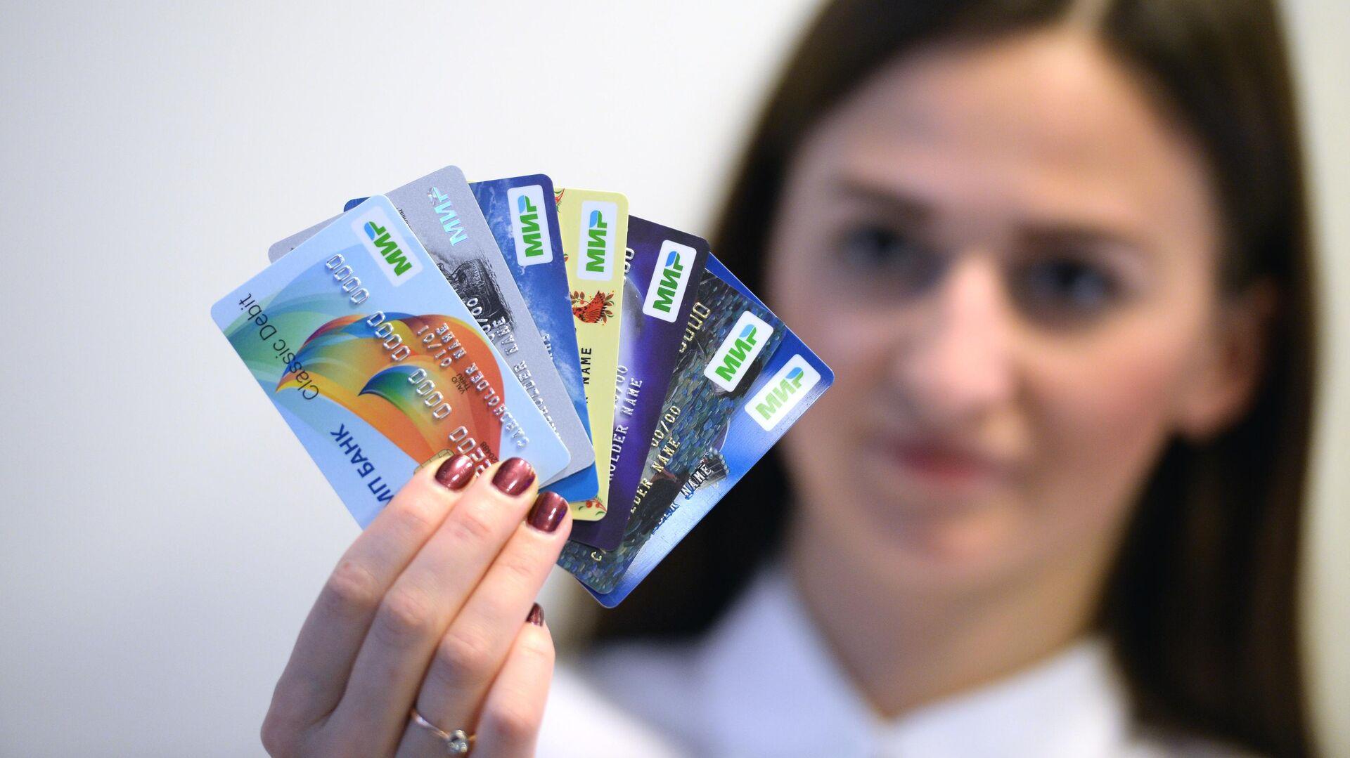 Специалисты объяснили, нужно ли клиентам подписывать банковскую карту