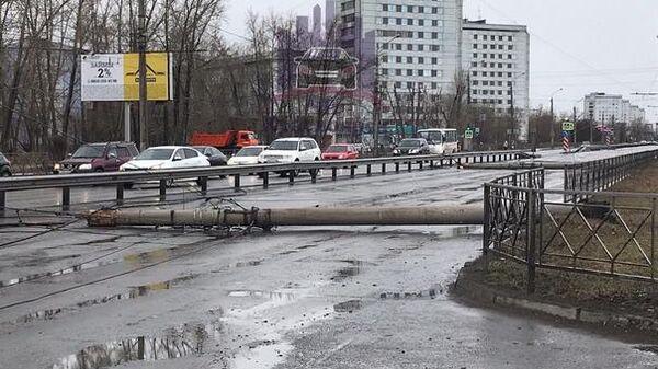Бетонные столбы, которые снес ветер в Красноярске. 18 апреля 2019
