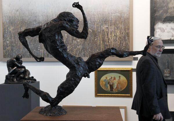 Посетитель международной ярмарки Russian Antique & Art Fair в ЦВЗ Манеж