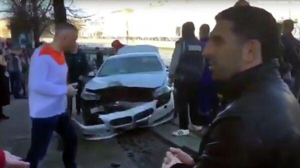 Стоп-кадр видео очевидца ДТП на пересечении Фонтанки и Невского проспекта у Аничкова моста. 18 апреля 2019