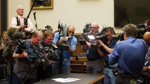 Журналисты снимают страницы с докладом спецпрокурора США Роберта Мюллера о российском вмешательстве. 18 апреля 2019