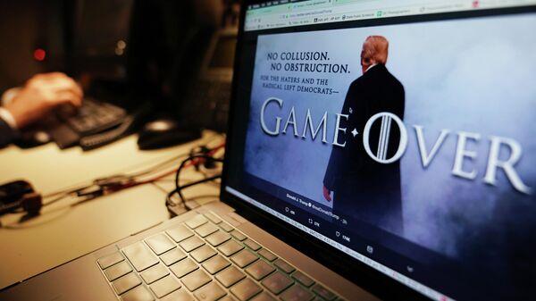 Страница президента США Дональда Трампа в Twitter, оформленная в стиле сериала Игра престолов, на экране ноутбука