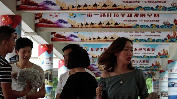 Плакаты с изображением внешнеполитической инициативы Один пояс — один путь в Пекине