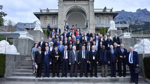 Участники Ялтинского международного экономического форума фотографируются у Воронцовского дворца. 19 апреля 2019