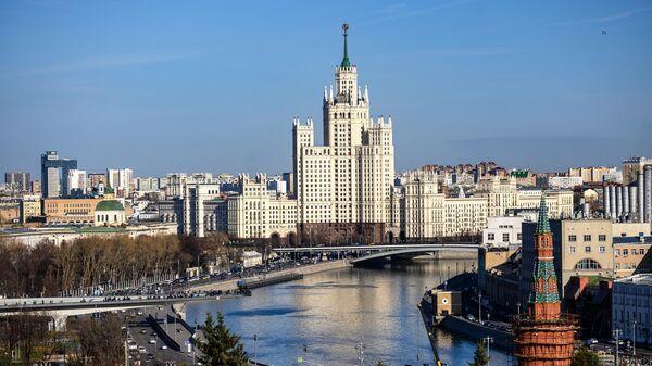 Москва-река и дом на Котельнической набережной в Москве