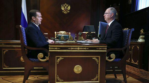 Председатель правительства РФ Дмитрий Медведев и генеральный директор Российского фонда прямых инвестиций Кирилл Дмитриев во время встречи. 19 апреля 2019