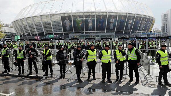 Сотрудники полиции у стадиона Олимпийский в Киеве. 19 апреля 2019