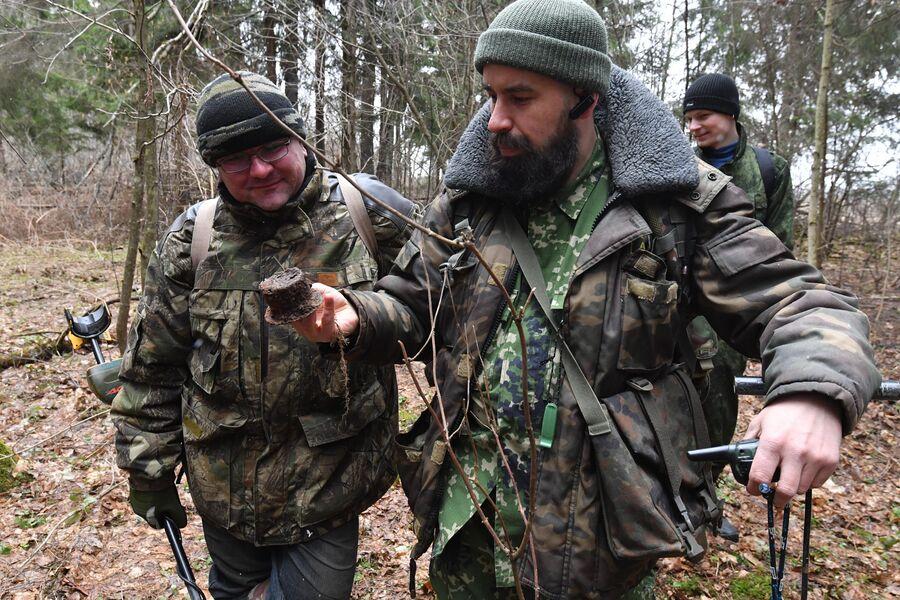 Сергей Канцибер и Антон Кузнецов демонстрируют находку