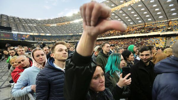 Зрители на стадионе Олимпийский в Киеве во время дебатов кандидатов в президенты Украины Петра Порошенко и Владимира Зеленского