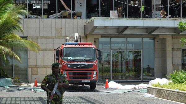 Сотрудник правоохранительных органов на месте взрыва в отеле Shangri-La в Коломбо, Шри-Ланка. 21 апреля 2019