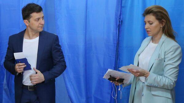 Кандидат в президенты от партии Слуга народа Владимир Зеленский с супругой Еленой во время голосования на одном из избирательных участков города в день второго тура выборов президента Украины