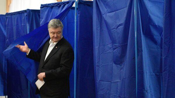 Действующий президент Украины Петр Порошенко во время голосования на одном из избирательных участков Киева в день второго тура выборов президента Украины