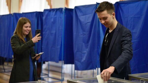 Избиратели во время голосования на одном из избирательных участков Киева в день второго тура выборов президента Украины