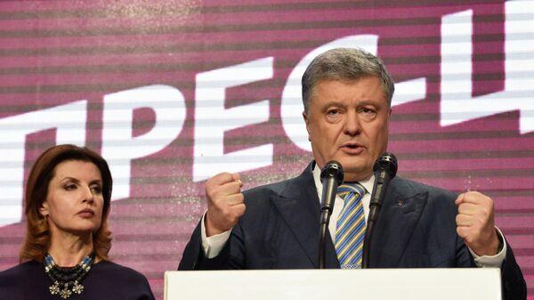 ействующий президент Украины Петр Порошенко с супругой Мариной в собственном штабе во время объявления первых итогов голосования второго тура выборов президента Украины