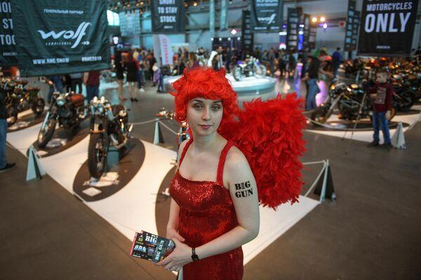 Участница Международного мотосалона IMIS в Санкт-Петербурге