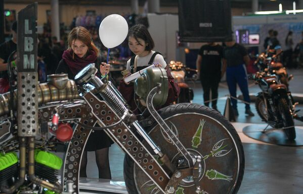 Девушки на Международном мотосалоне IMIS в Санкт-Петербурге