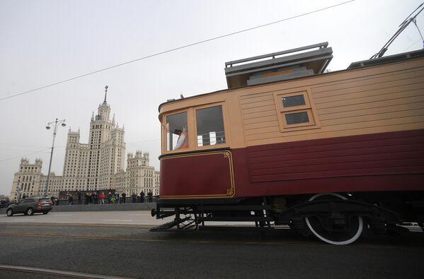 Старинный трамвайный вагон участвует в торжественном параде трамваев разных времен, на центральной улице столицы. Московский трамвай празднует 120-летний юбилей запуска трамвайного движения в столице