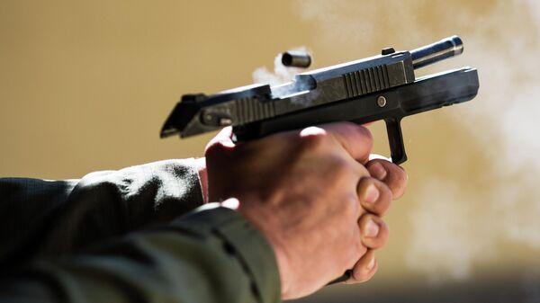 Момент выстрела из пистолет Удав, хорошо заметен перекос подвижного ствола
