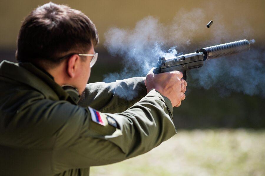 Стрельба из пистолета Удав с навернутым глушителем