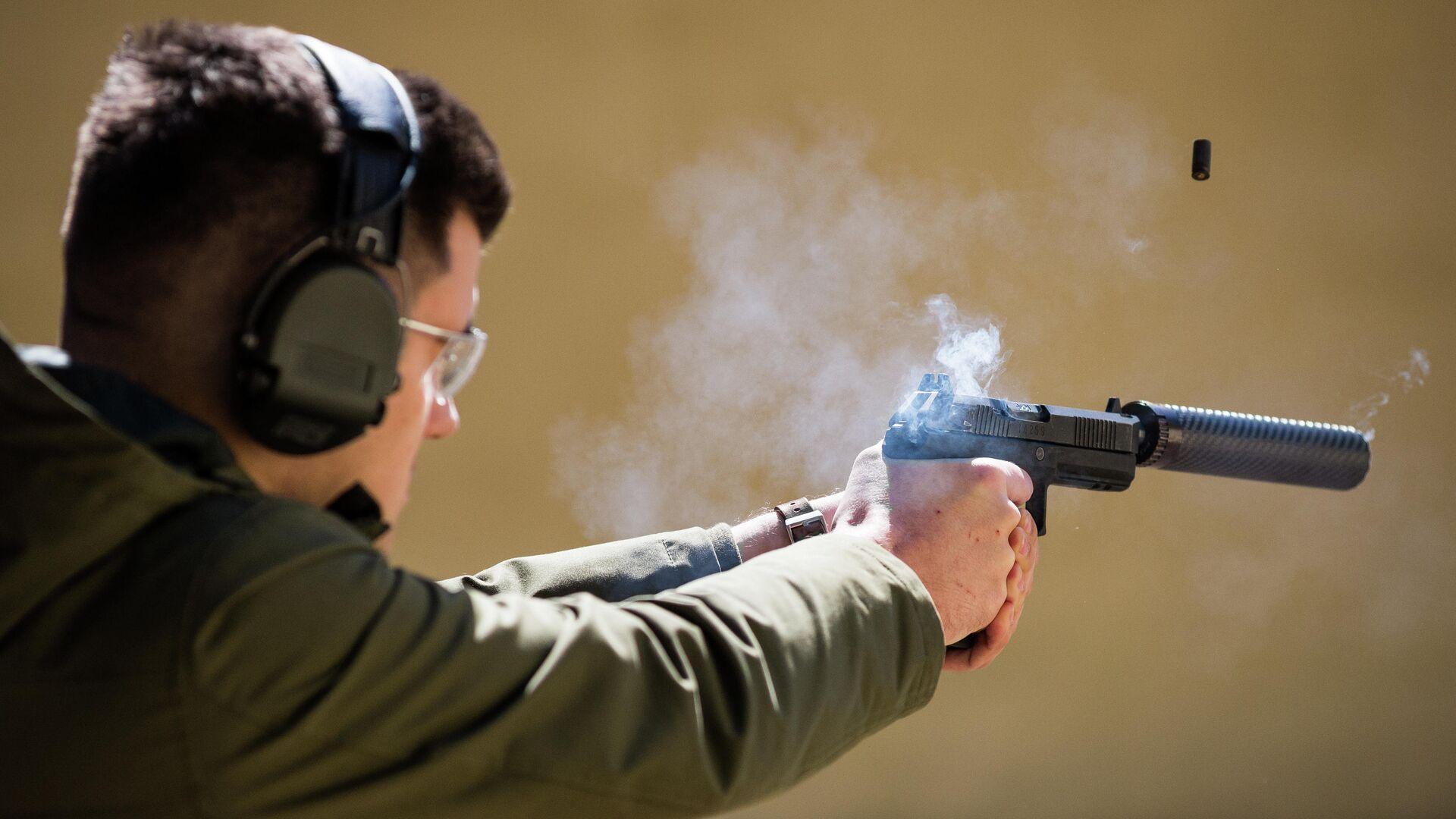 Стрельба из специальной версии пистолета Удав с прибором бесшумной стрельбы - РИА Новости, 1920, 05.08.2020