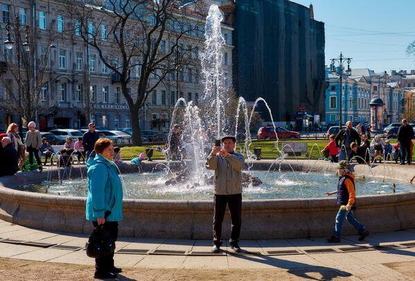 Горожане возле фонтана на Итальянской площади в Санкт-Петербурге
