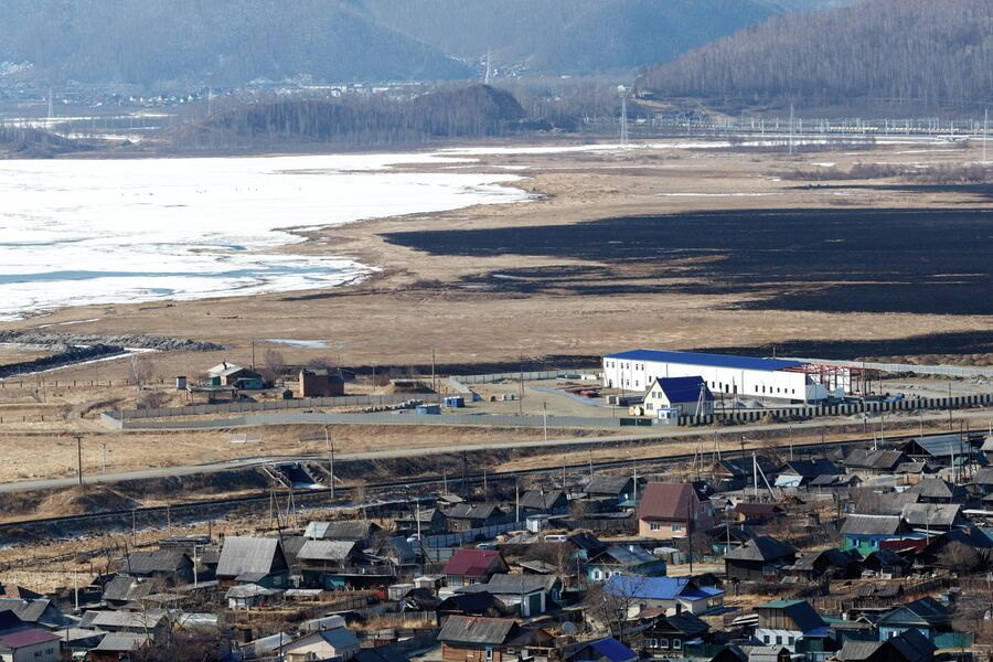 Вид на поселок Култук. Белое здание - строящийся завод АкваСиб