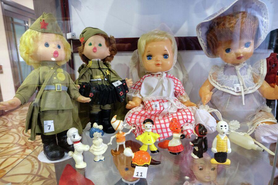 Витрина музея кукол