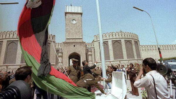 Церемония подъема нового государственного флага в канун второй годовщины Саурской (Апрельской) афганской революции