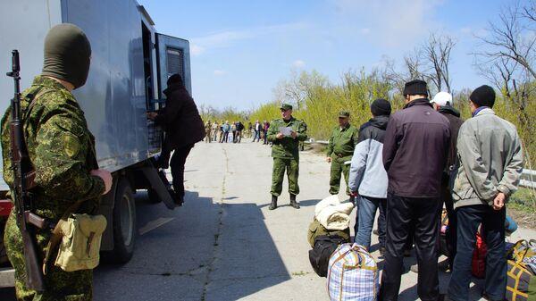 Сотрудники Совместного центра контроля и координации во время передачи военнопленных Украине представителями ЛНР. 22 апреля 2019