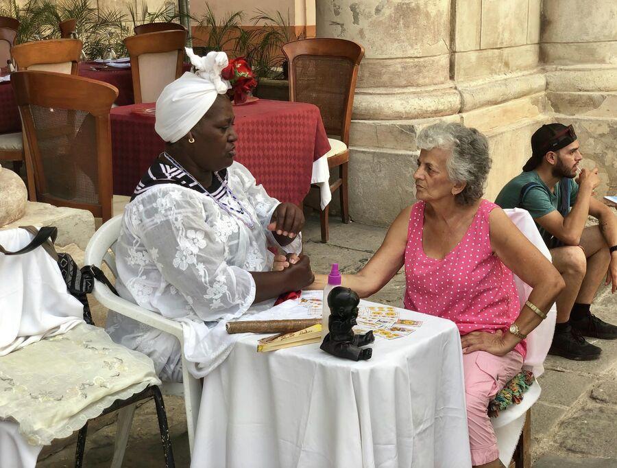 Женщина предсказывает судьбу, Гавана, Куба